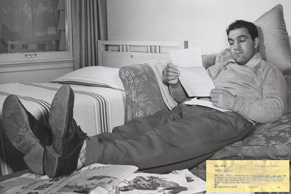 1953年5月15日に行われたジャージー・ジョー・ウォルコットとのタイトル戦直前にリラックスモードのロッキー