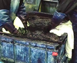 ひじまで染料に浸かって-岡山県で手作業のインディゴ染め